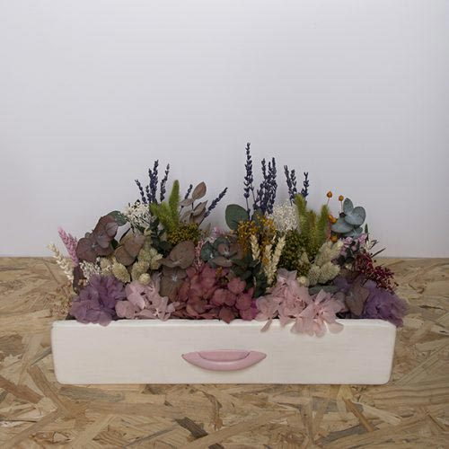 cajonera town con flores preservadas