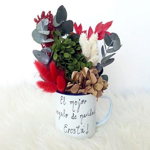 taza de navidad con flores preservadas