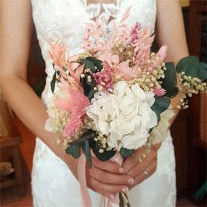 vestido de novia de verano con ramo