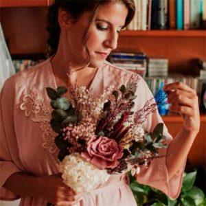 novia vistiéndose para la boda