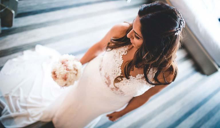 novia y ramo de flores