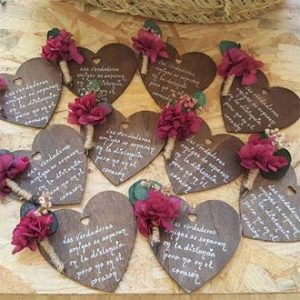 corazón con flores preservadas y frase