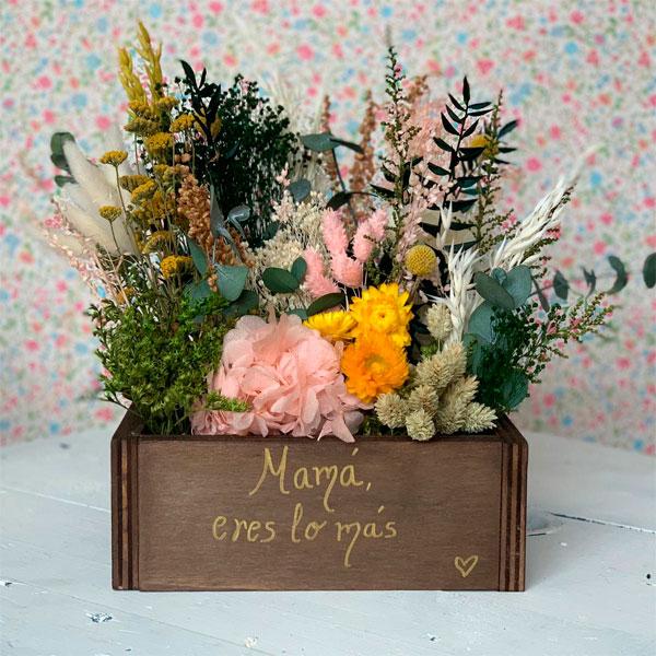 baúl día de la madre con flores-preservadas
