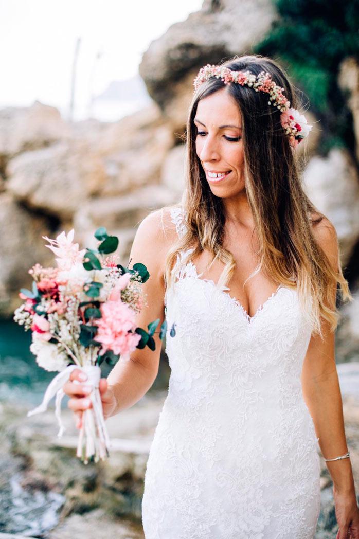 novia ramo de flores junto al mar