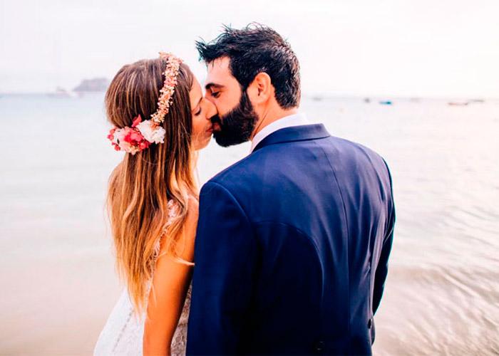novios fotos en la playa con diadema de flores preservadas