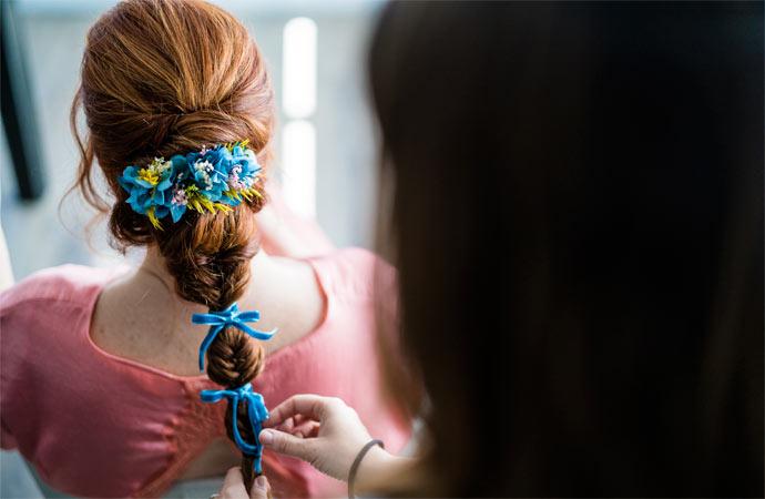 detalle tocado flores preservadas azul