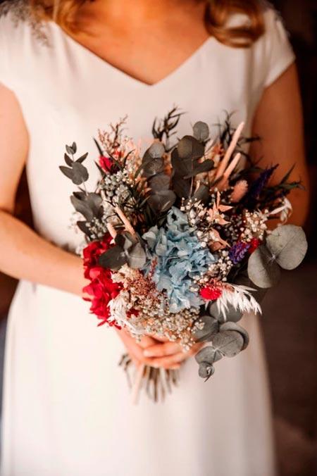 ramo de flores silvestre con novia