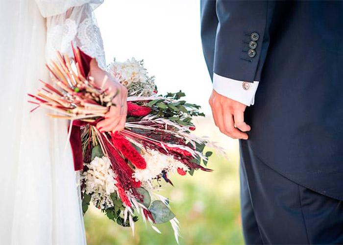 novios en fotos de boda con ramo de novia en boda oriental al aire libre