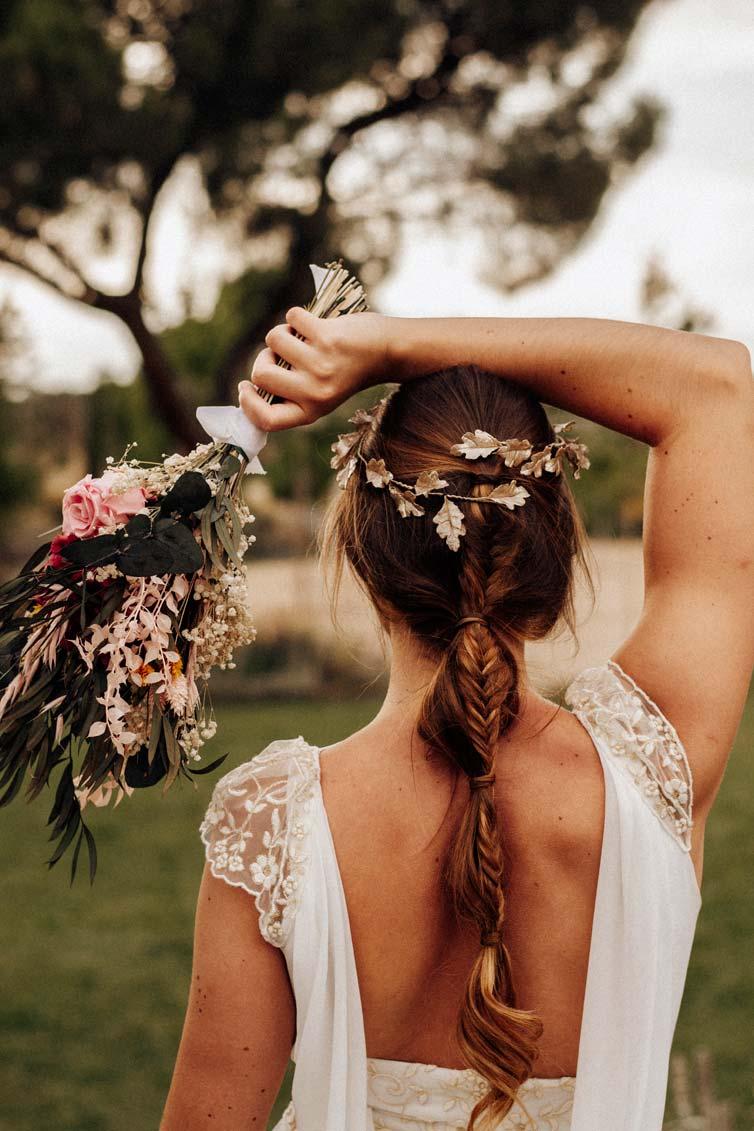 posado novia con ramo de novia de espaldas