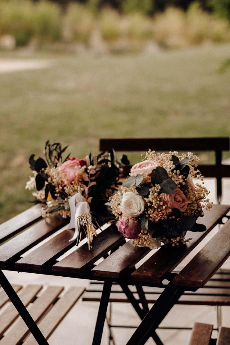 ramos de flores preservadas sobre mesa