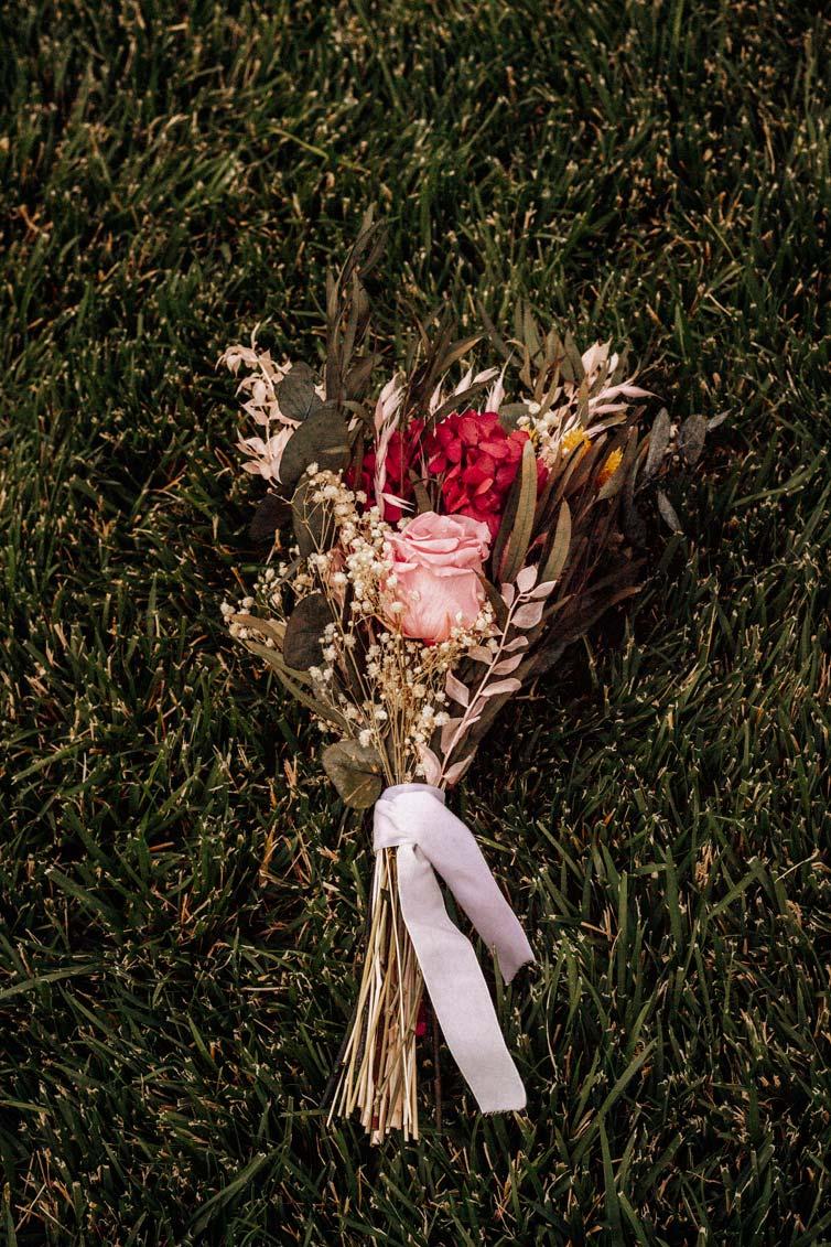 ramo silvestre de flores preservadas tono pastel