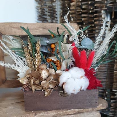 baúl de flores preservadas decorativo