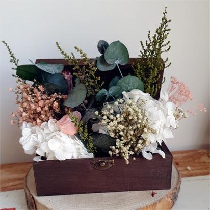 baúl de madera decorado con flores preservadas