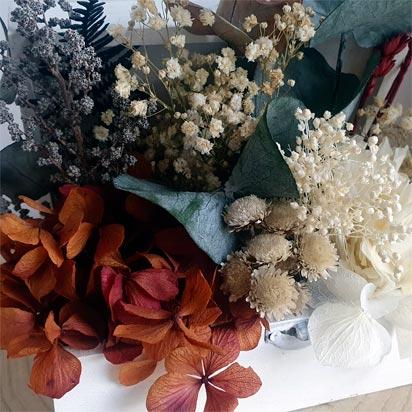 detalle de flores preservadas en baúl decorativo