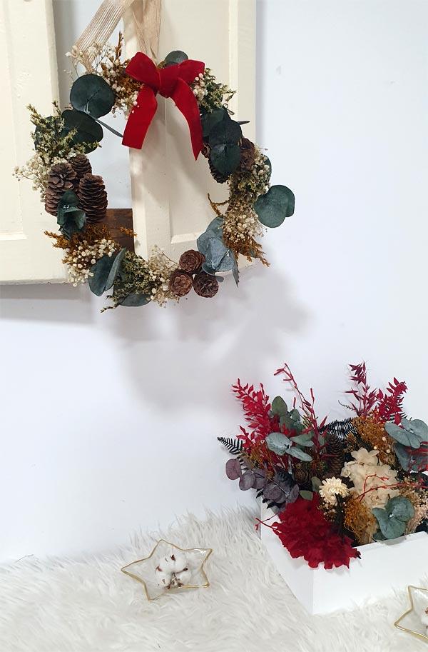 corona de navidad y centro de flores tonos rojos 2019