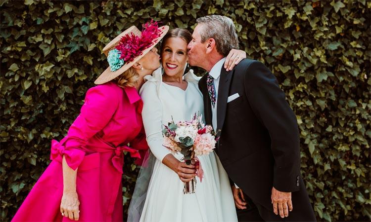 novia con ramo de novia y padres