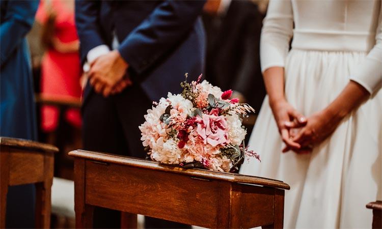 ramo de novia con flores preservadas en iglesia