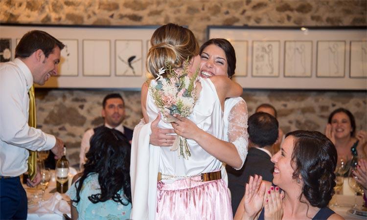 abrazo de novia con ramo de flores preservadas