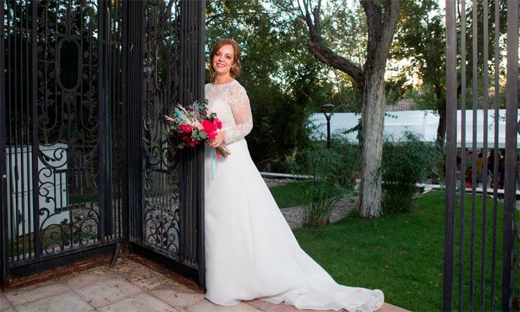 novia con ramo tonos rojizos