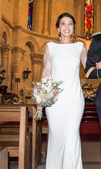 novia saliendo de la iglesia con ramos de novia