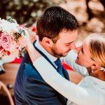 novios en boda con ramo de novia y tocado de porcelana