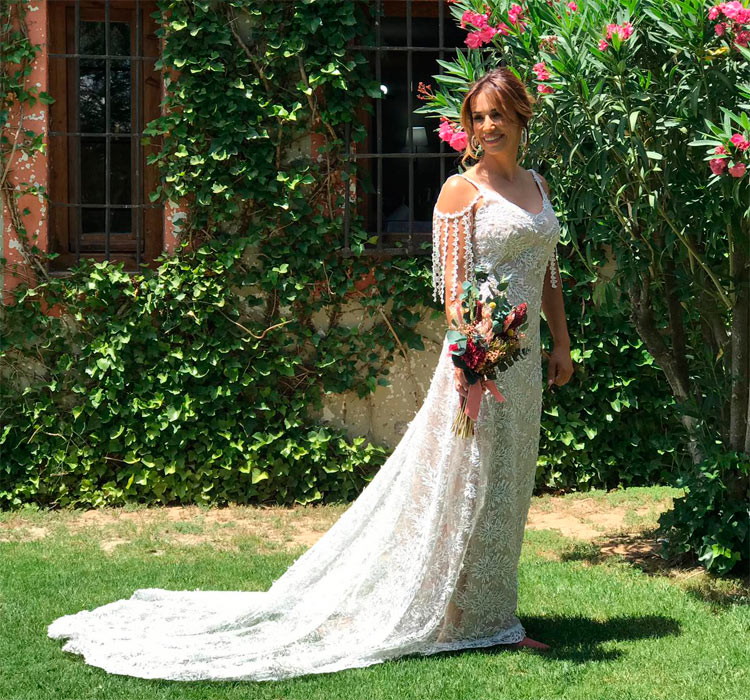 posado de novia con ramo de-novia de flores preservadas