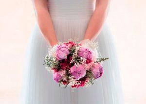 ramo de novia posado junto a novia
