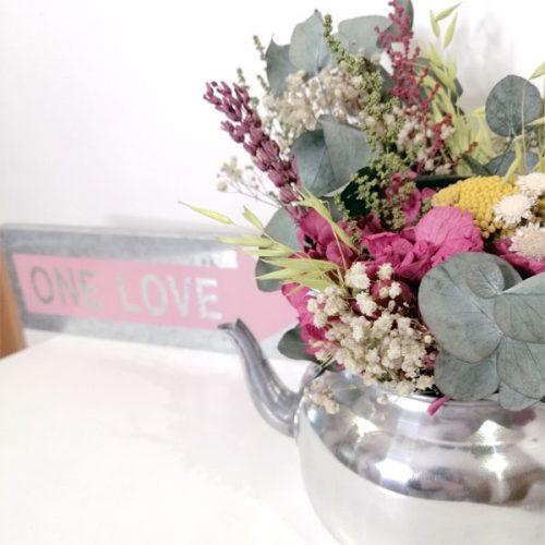 tetera de decoración con flores