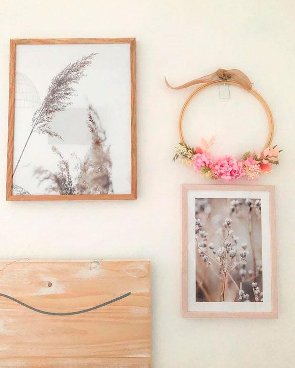 bastidor de flores con cuadros