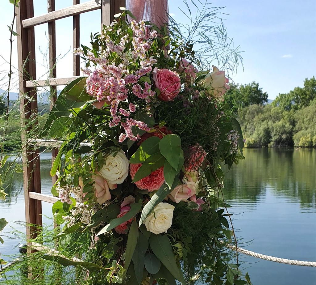 Detalle de flores en altar de boda