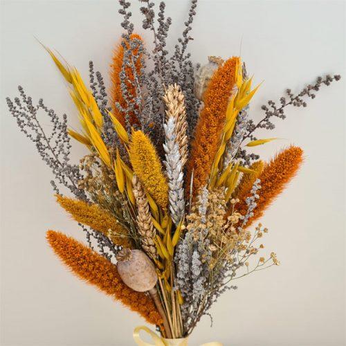 detalle ramillete de flores de otoño preservadas