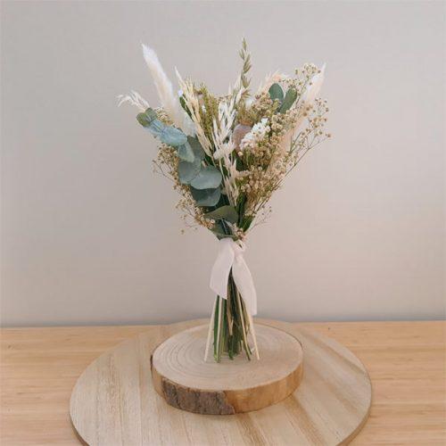 ramillete de en tonos blancos de flores preservadas