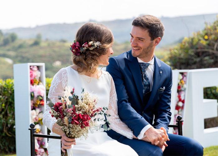 boda a distancia con tocado de flores preservadas