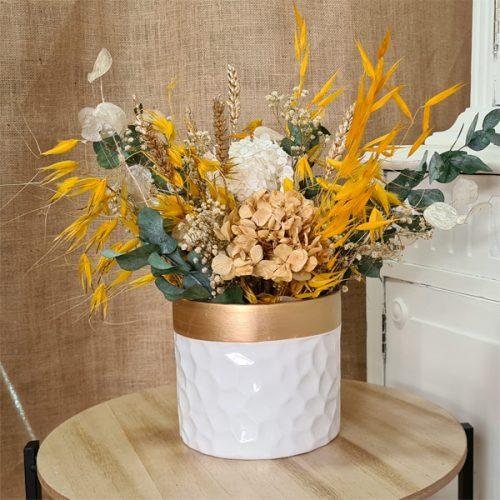 centro de flores esmaltado con borde dorado y flores