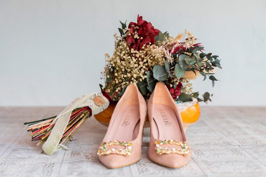 conjunto de zapatos y ramo de novia