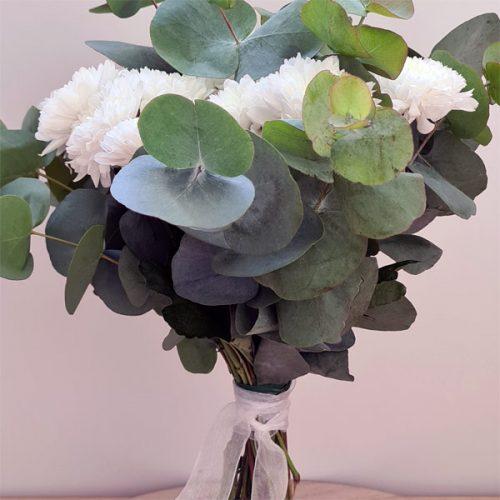 detalle ramo de flores con crisantemo y eucalipto
