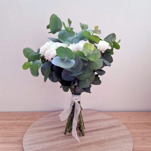 ramo de flores naturales con eucalipto