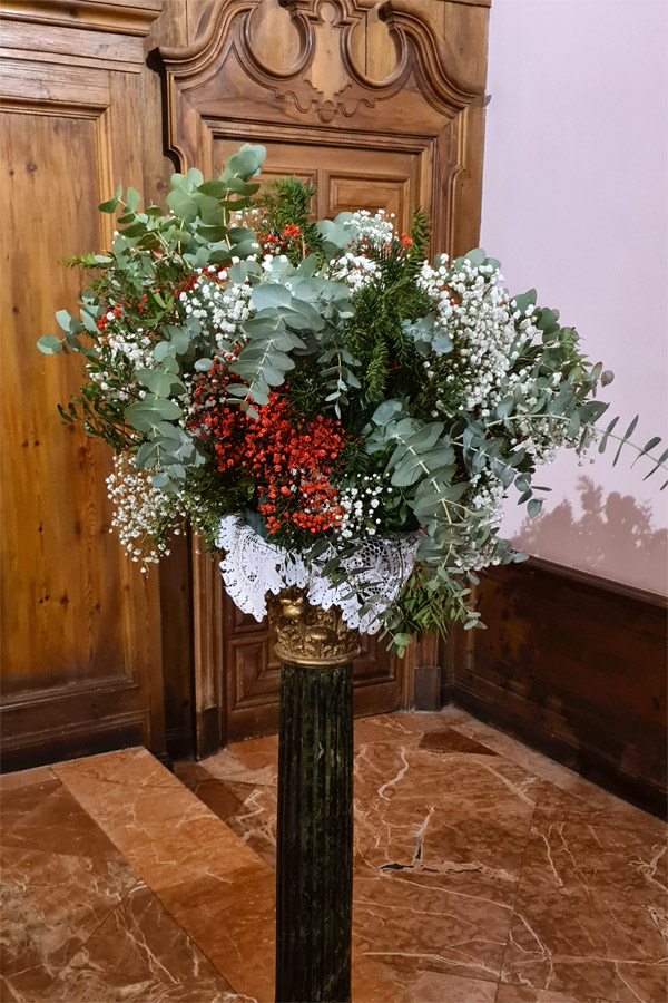 centro de flores decoración de boda en iglesia