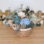 centro de flores en tonos azules