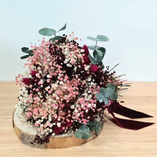 ramo de flores preservadas color burdeos estilo bouquet