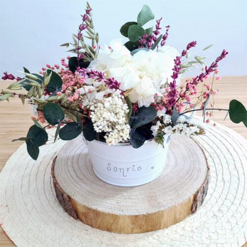 centro de flores preservadas tonos blancos y verdes