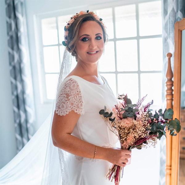 novia con corona de flores y ramo de novia con flores preservadas