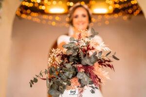 novia con ramo de flores preservadas