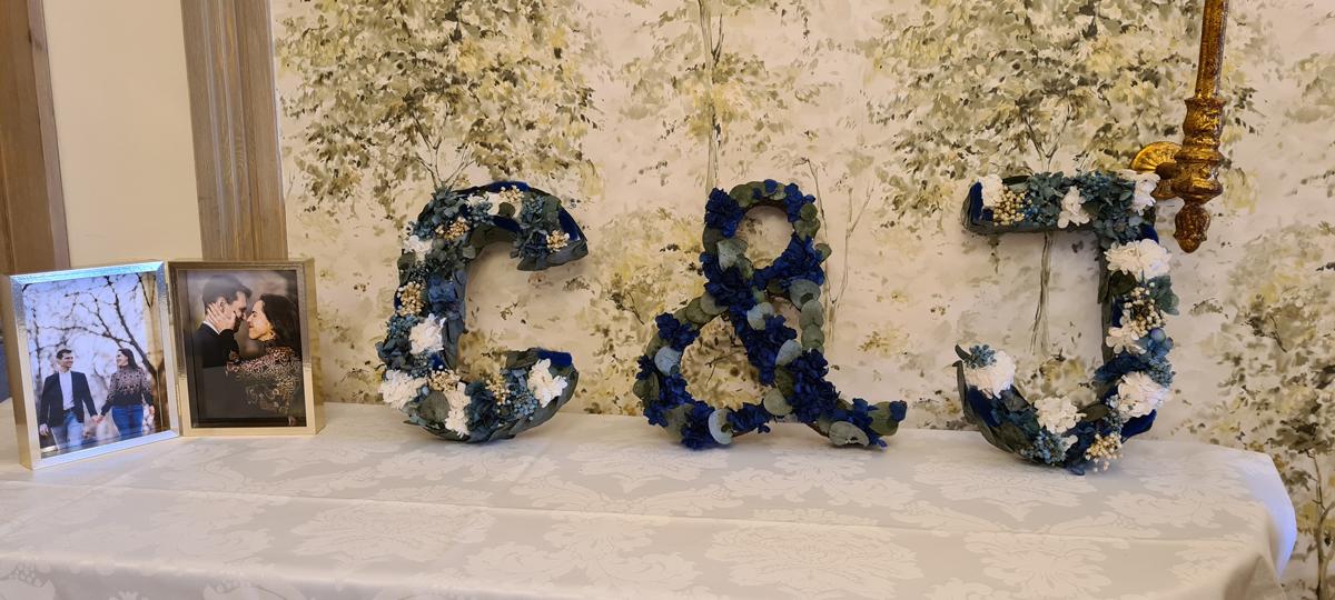 iniciales preservadas en rincón de bodas