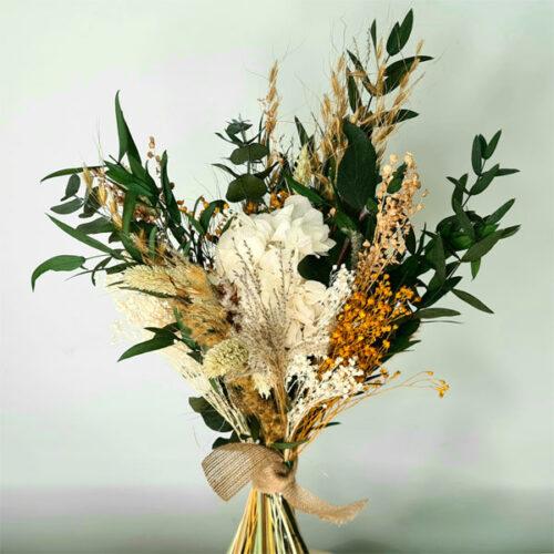 ramo de flores en tonos neutros