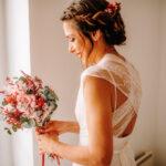 novia con ramo de novia y tocado de flores preservadas a juego
