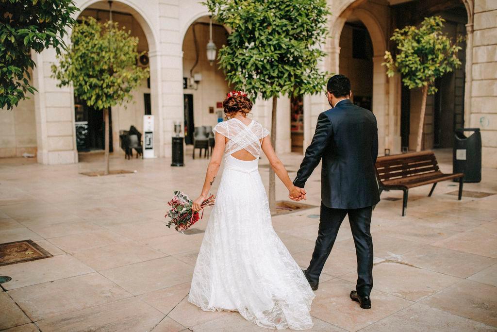 novia saliendo de la iglesa con ramo de novia