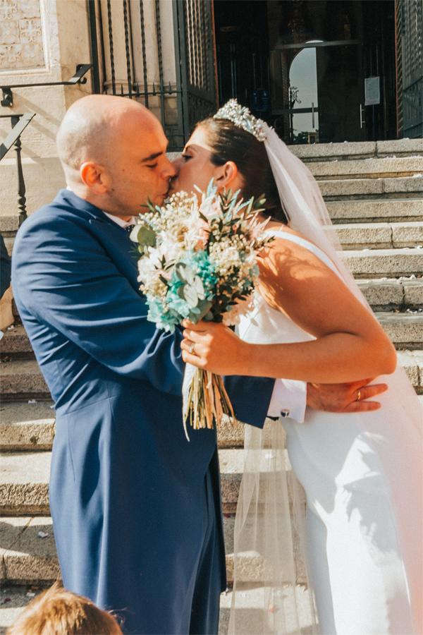 beso de novios en puerta de iglesia