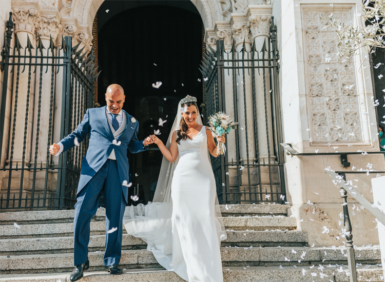 salida de iglesia de novios con ramo de novia