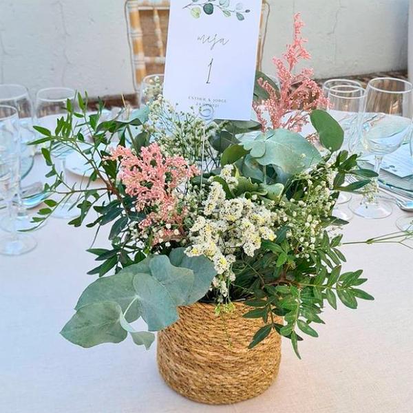 centro de flores en mesa de boda